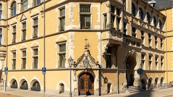 Blick auf ein historisches Gebäude in Köthen, in dem Rathaus und Stadtverwaltung untergebracht sind.