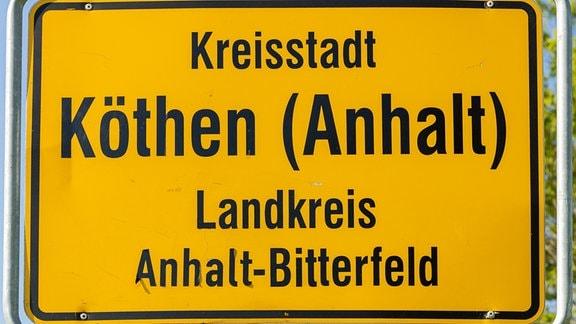 Blick auf das Ortseingangsschild der Stadt Köthen im Landkreis Anhalt-Bittefeld