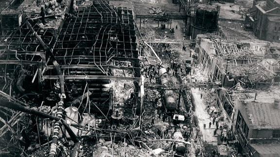 Die zertörte Anlage im Chemiekombinat in Bitterfeld nach der Explosion