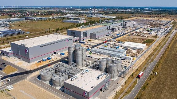 Luftaufnahme eines riesigen Fabrikgeländes
