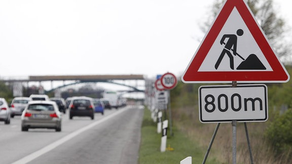 Ein Verkehrsschild weist 2014 auf eine Autobahnbaustelle hin.