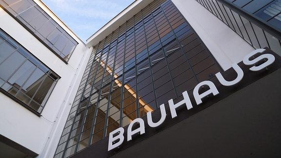 Der Schriftzug Bauhaus steht an der Fassade des Bauhaus-Gebäudes in Dessau