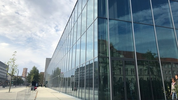 Die Glasfassade des Bauhaus Museums in Dessau