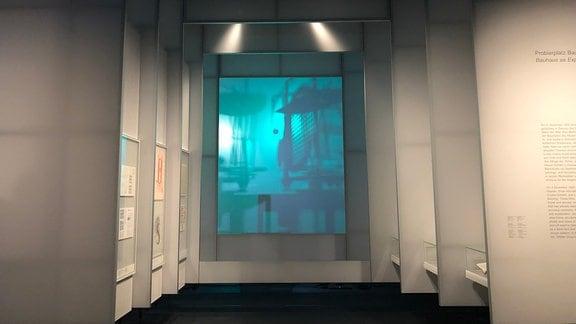 Große Elemente mit Informationstafeln und einem Film im Hintergrund im Bauhaus Museum in Dessau