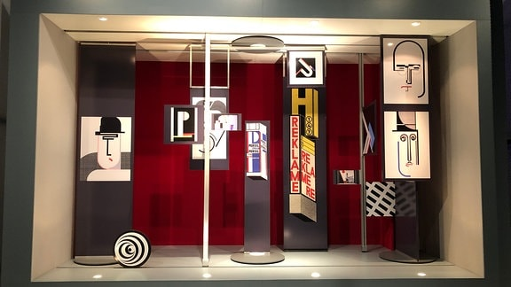 Blick auf farbenfrohe Ausstellungsstücke im Bauhaus Museum in Dessau