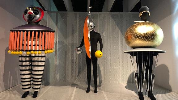 Drei Figuren im Bauhaus Museum in Dessau