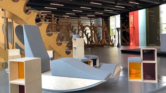 Möbel und Kunstwerke stehen im Eingangsbereich des Bauhaus Museums in Dessau