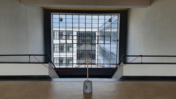 Treppenaufgang mit Panorama-Fenster im historischen Bauhausgebäude in Dessau