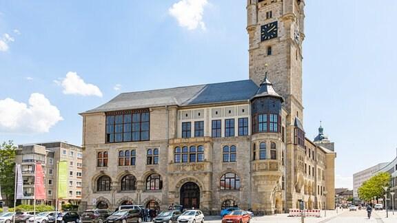 Blick auf das Rathaus in Dessau-Roßlau, im Vordergrund parken Autos.