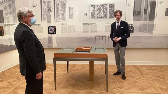 Zwei Männer stehen in Galerie.