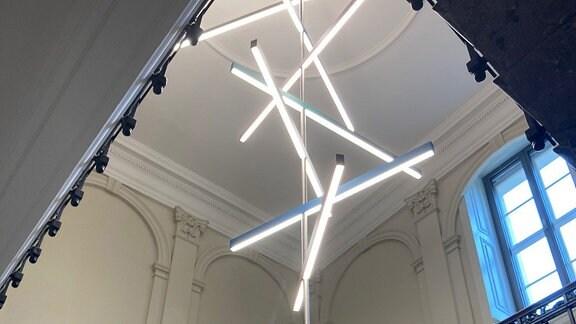 Lichtinstallation an Decke eines historischen Treppenhauses.
