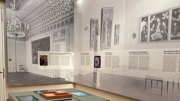 Blick in Ausstellung mit großformatigen Wandobjekten und Vitrine.