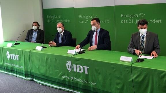 Ministerpräsident Reiner Haseloff und Bundesgesundheitsminister Jens Spahn zu Besuch bei IDT Biologika in Dessau-Rosslau 16. April 2021.
