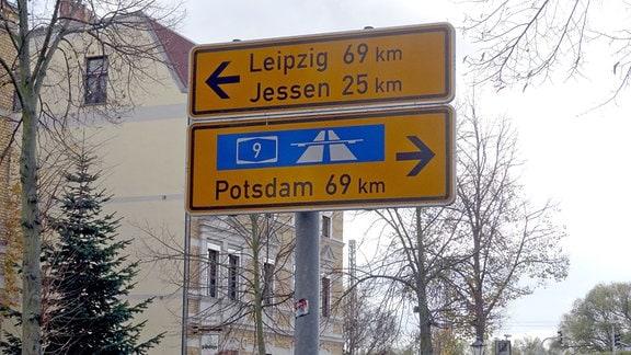 Verkehrsschild in Wittenberg, das die Entfernungen nach Potsdam und Leipzig anzeigt.