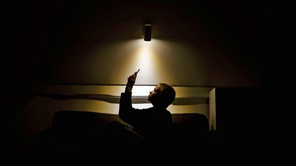 Eine Frau allein mit ihrem Smartphone. (Symbolbild)