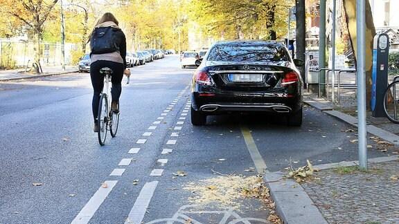 Falschparker blockieren Radfahrweg.