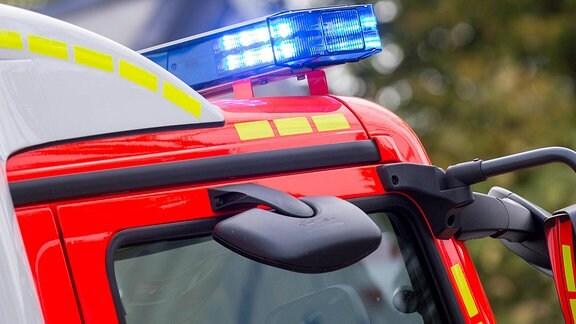 Blinkendes Blaulicht an einem Einsatzfahrzeug der Feuerwehr.