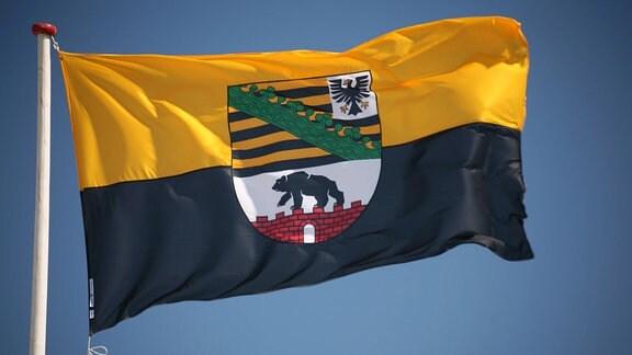 Wehende Fahne des Bundeslandes SachsenAnhalt