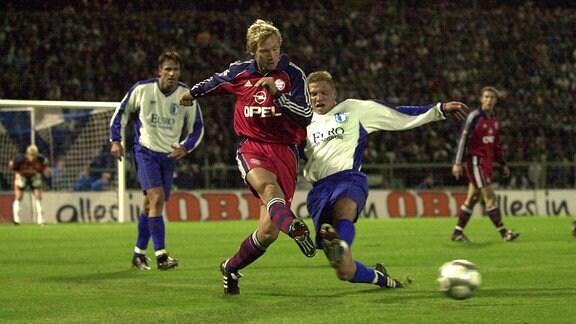 Andreas Lücke (Magdeburg, re.) am Ball gegen Fink (Bayern)