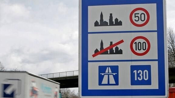 Hinweisschild zu den Geschwindigkeitsbegrenzungen auf deutschen Straßen