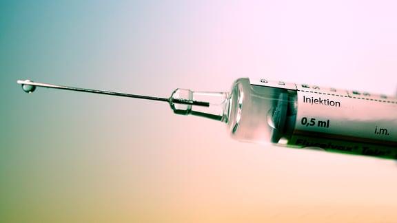 Spritze mit Aufschrift 'Influenza-Impfstoff'