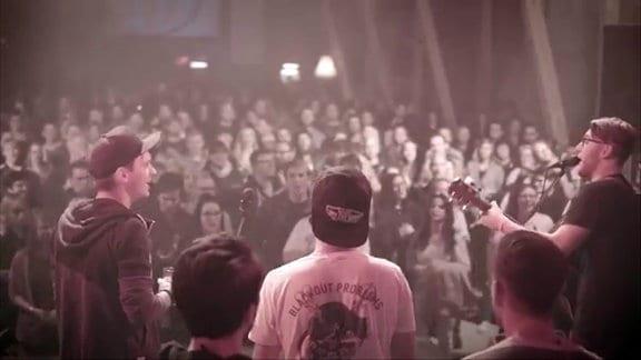 Blick über die Schulter einer Band, die auf der Bühne steht