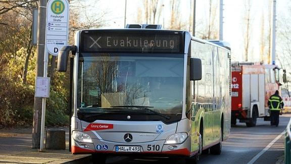 """Buss mit der Zielangabe """"Evakuierung"""" in Halle Silberhöhe"""
