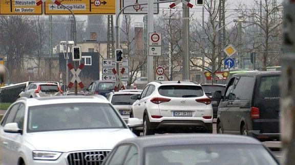 Autos fahren durch eine Innenstadt