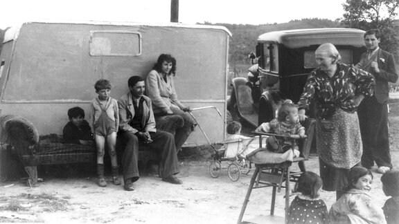 Schwarz-weiß-Archivfoto eines Zigeunerlagers
