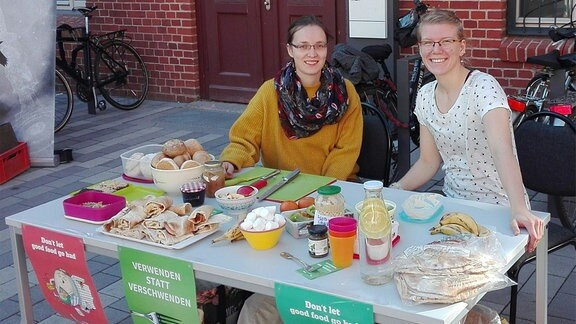 Sophie Pollée (links) bei einer Veranstaltung von Foodsharing-Halle.