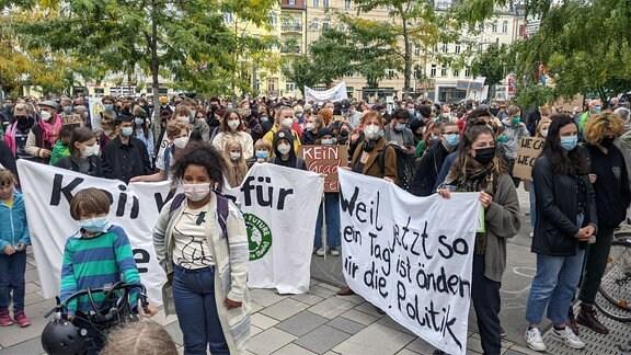Viele junge Leute mit Plakaten zum Klimaschutz.