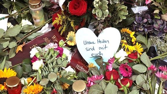 Blumen und Kerzen an der Synagoge in Halle
