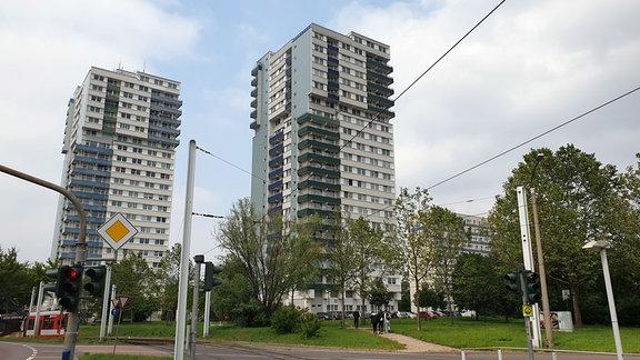 Zwei Punkthochhäuser am Rennbahnkreuz in Halle.