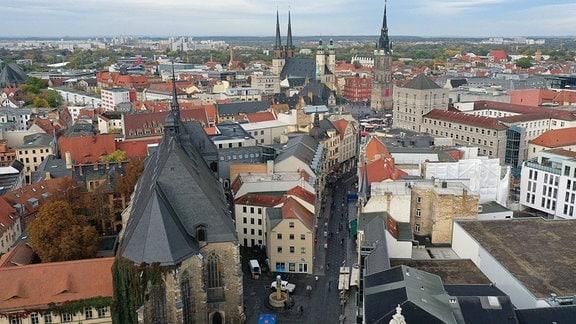Innenstadt von Halle mit der Unteren Leipziger Straße und Blick auf den Markt und die fünf Türme von Marktkirche, Unser Lieben Frauen und Roter Turm