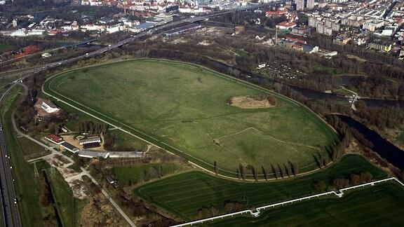 Luftaufnahme der Galopprennbahn in Halle