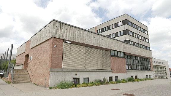 Ein in die Jahre gekommenes, rechteckiges Gebäude.