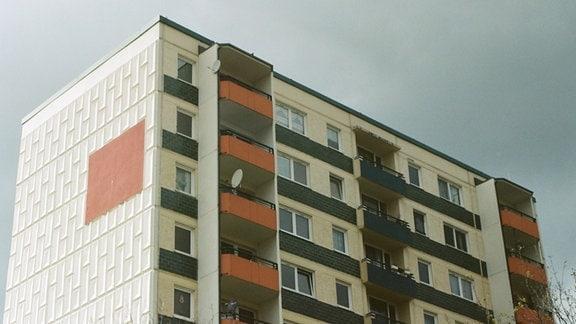Ein Hochhaus vor blauem Himmel