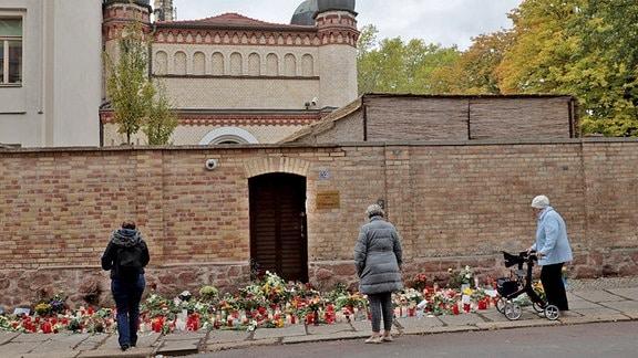 Blumen und Kerzen an der Synagoge in Halle.