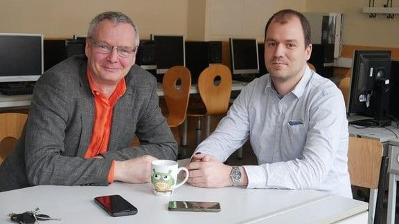 Thomas Gaube (li.), Schulleiter des Thomas-Müntzer-Gymnasiums in Halle und Benjamin Winkler, Informatiklehrer