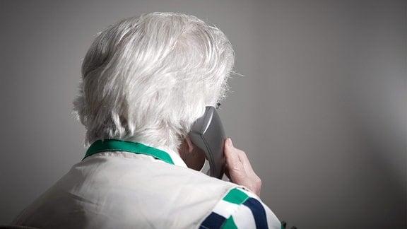 Eine alte Dame am Telefon.