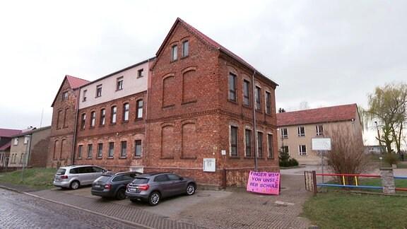 Ein Schuhlgebäude mit roten Backsteinen
