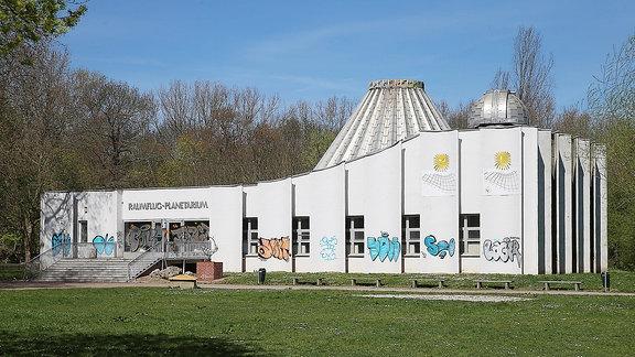 Das Planetarium auf der Peiߟnitzinsel in Halle (Saale).