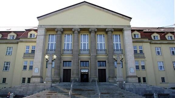 Eingang des Carl-von-Basedow-Klinikums in Merseburg in Sachsen-Anhalt