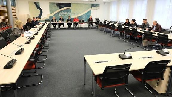 Blick in den Beratungsraum der Konstituierenden Sitzung des Parlamentarischen Untersuchungsausschusses zum Terroranschlag von Halle