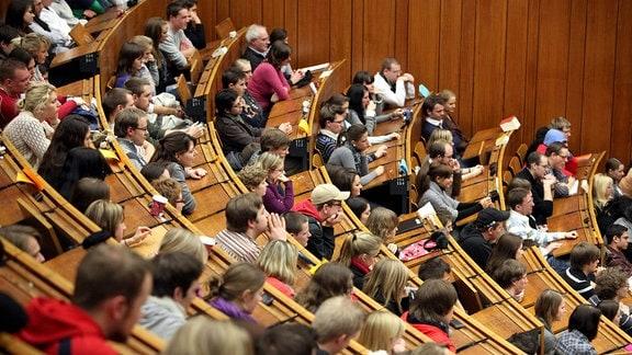Studenten im total überfüllten Hörsaal in der Ruhr Universität.