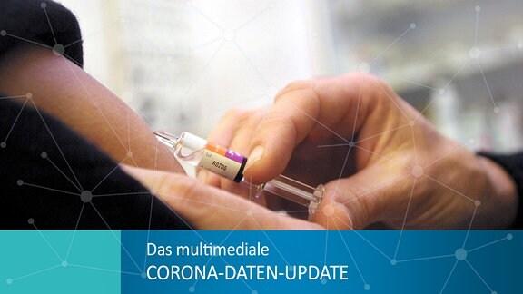 Eine Person bekommt eine Spritze, die Nadel dringt in die Haut am Oberarm ein.