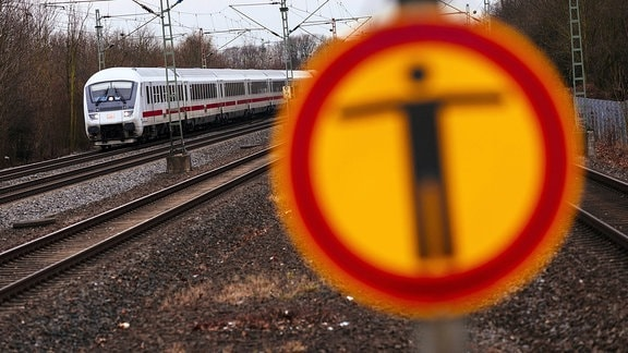 Ein Warnschild Überschreiten der Gleise verboten an einer S-Bahn-Haltestelle im Kölner Norden