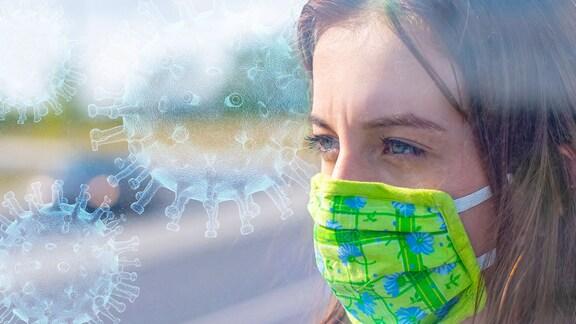 Mädchen mit Mundschutz wartet in einer Haltestelle