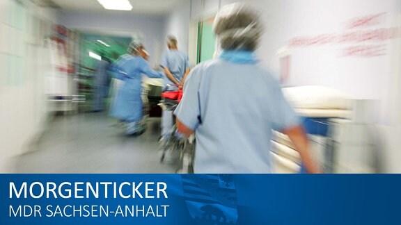Eine Krankenschwester eilt durch einen Krankenhausflur