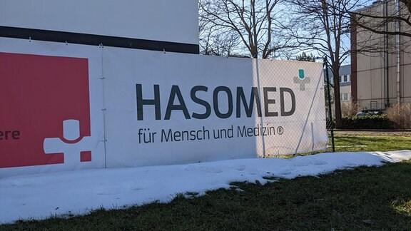 Das Hasomed-Logo am Firmensitz in Magdeburg-Brückfeld